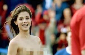 Nackt über den Fußballplatz: Flitzerin Little Caprice